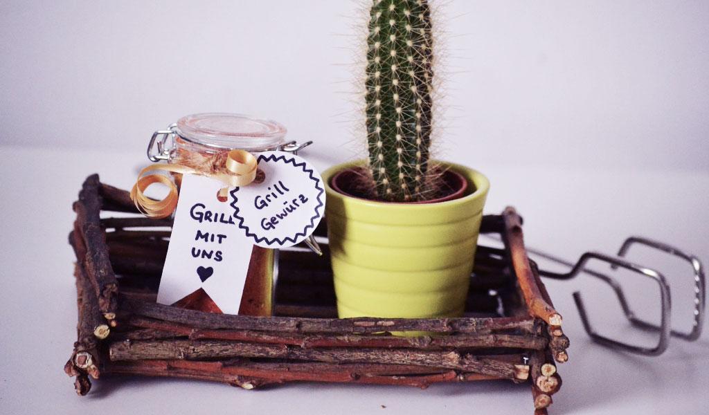 Ein selbstgemachter Korb aus Zweigen und Stöcken, in dem ein selbstgemachtes Grillgewürz zum Vatertag steht