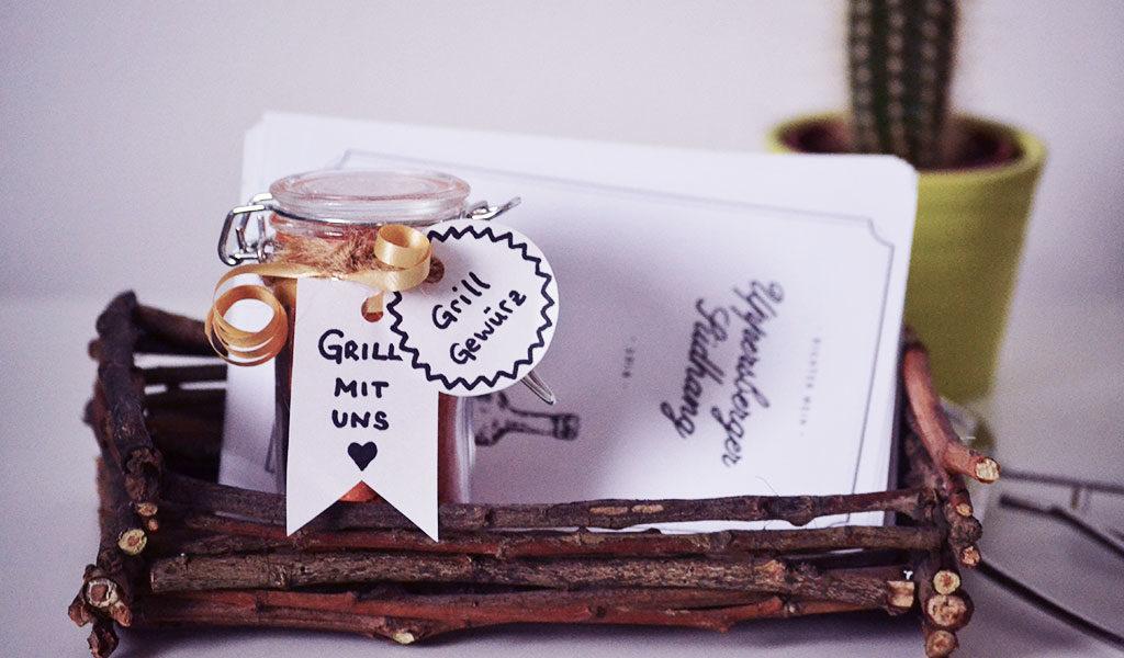 Selbstgemachter Korb, Grillgewürz und Weinetiketten als Vatertagsgeschenk