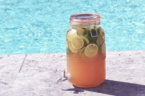 Getränkespender mit Mojito-Bowle im Sommer am Pool