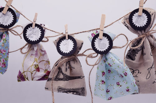 Adventskalender mit kleinen Säckchen hängt an einer Leine