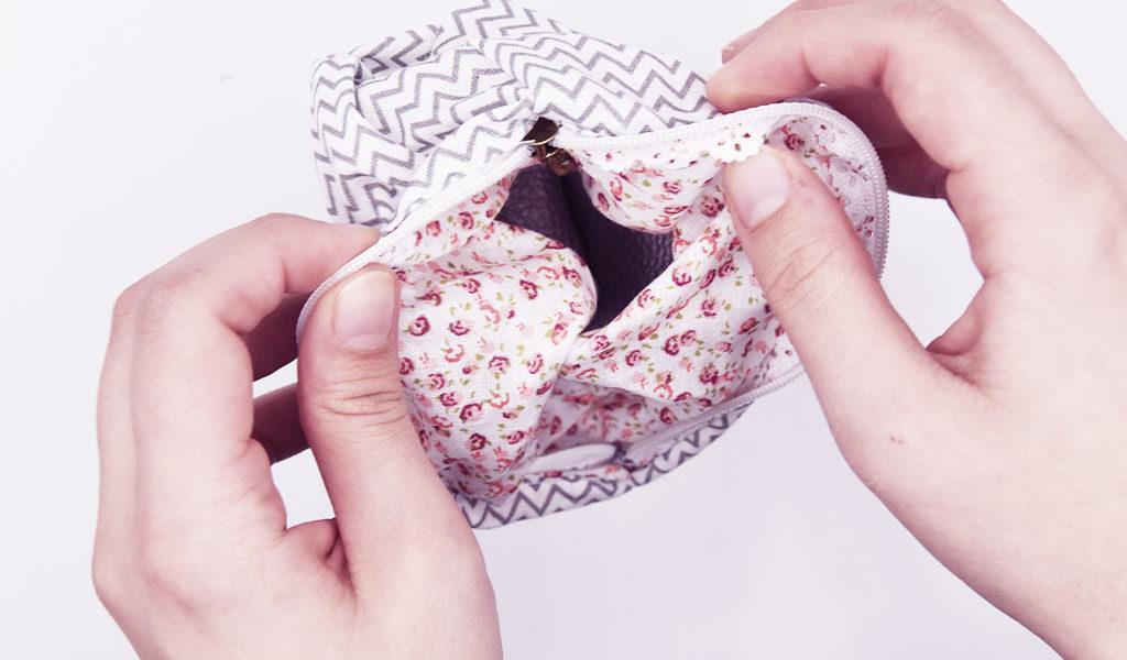 DIY-Täschchen wird durch den Reißverschluss auf die richtige Seite gedreht