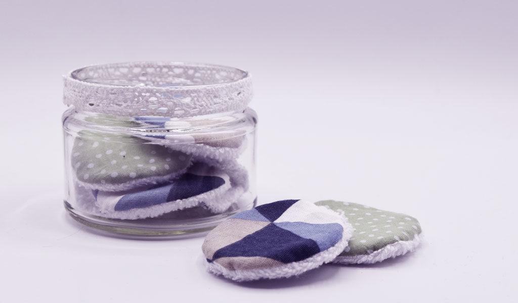 DIY wiederverwendbare Kospetikpads als Geschenkidee in Glas verpackt