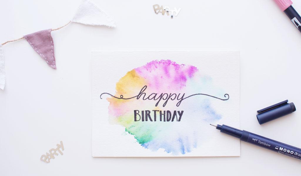 Bunte Aquarell-Geburtstagskarte mit der Aufschrift Happy Birthday