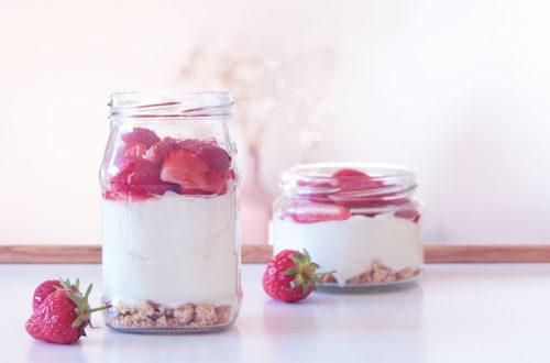 Zwei Gläser mit Erdbeer-Cantuccini-Quark als sommerliche Geschenkidee
