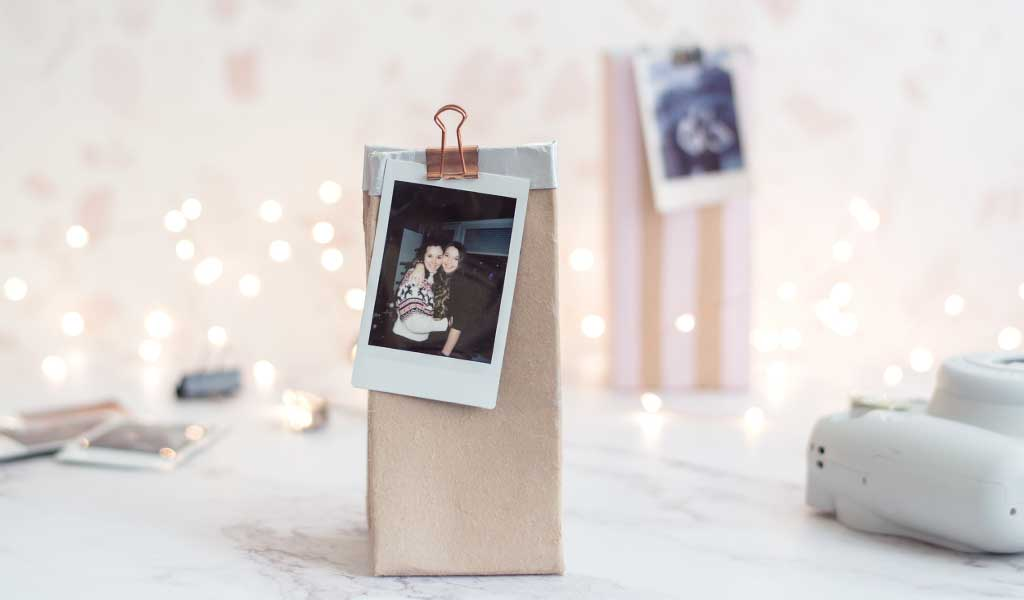 Milchtüten Geschenkverpackung mit Polaroid Fotos als Geschenkanhänger