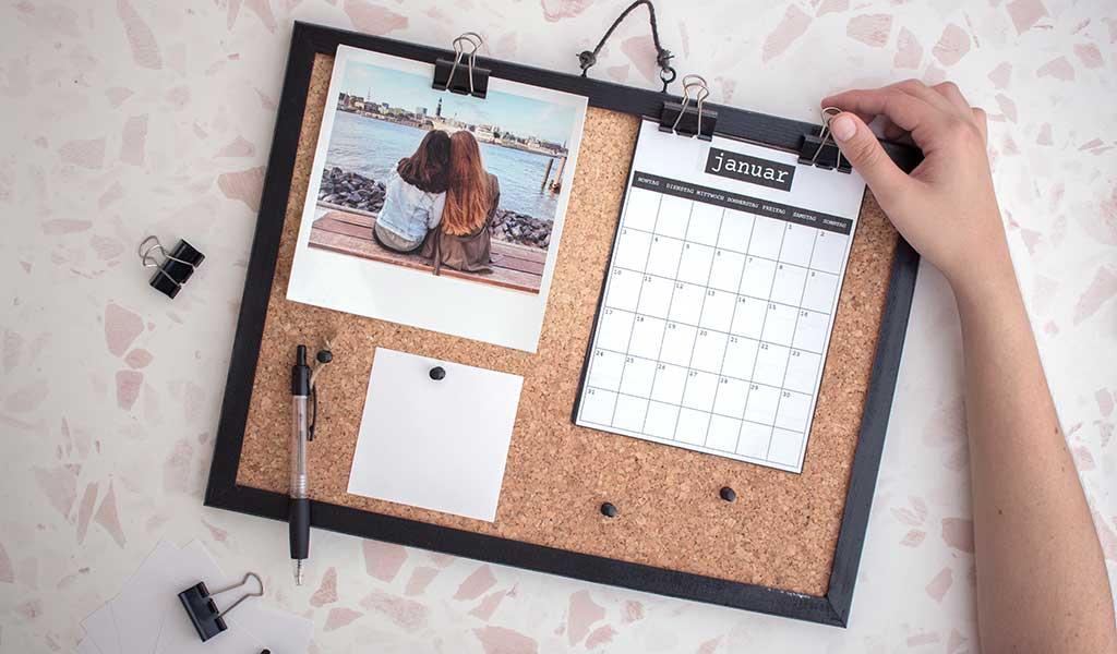 Selbstgemachter Fotokalender aus Pinnwand und Fotos