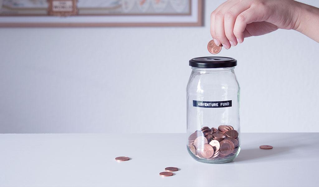 """Spardose aus Altglas mit der Aufschrift """"Adventure Fund"""""""