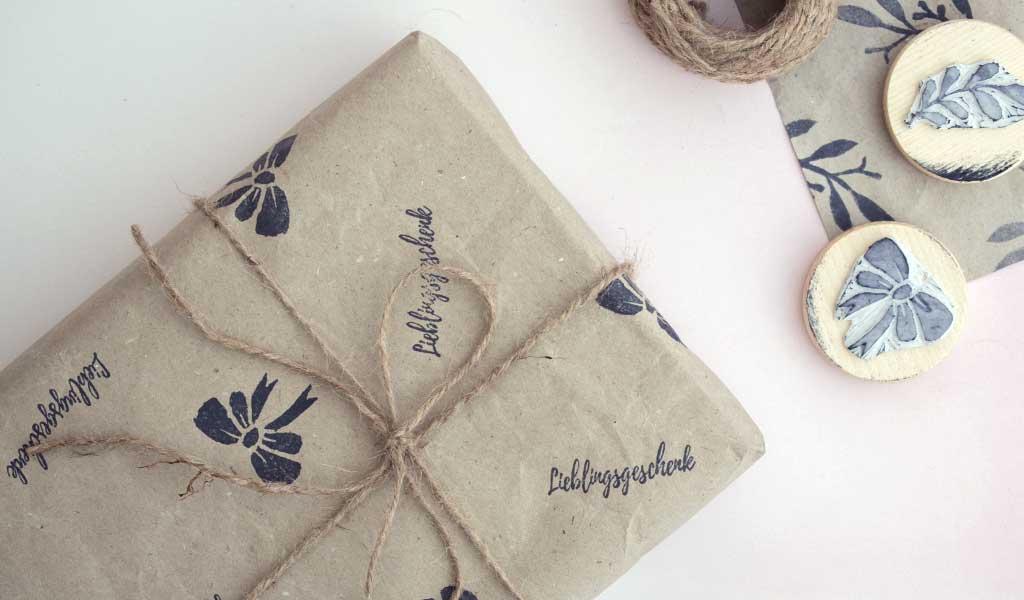 Geschenkpapier mit selbstgemachten Stempeln bestempelt