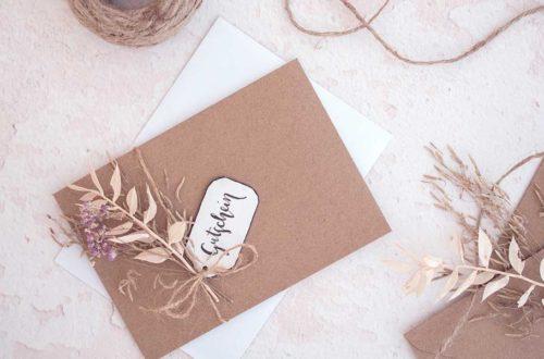 Umschlag mit Trockenblumen als Verpackung für einen Gutschein