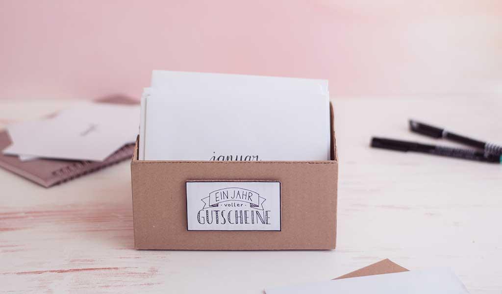 Box mit Gutscheinen in Umschlägen