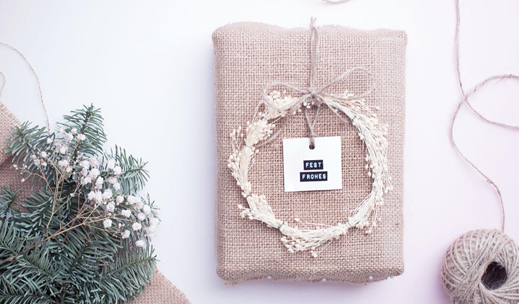 Nachhaltige Geschenkverpackung: Geschenk in Stoff eingewickelt
