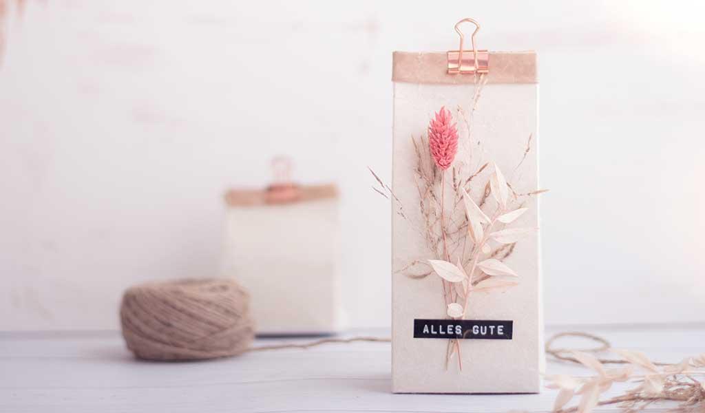 Geschenk ganz einfach mit Milchtüten einpacken