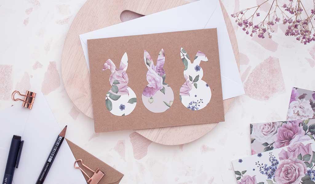 Selbstgemachte Osterkarte mit drei Osterhasen