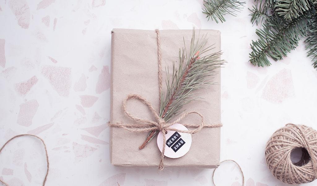 Geschenk in Packpapier hübsch verpackt