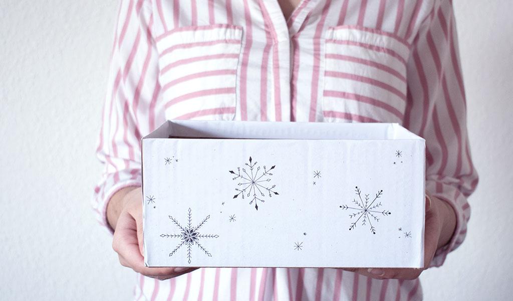 Alter Karton als Behälter für Weihnachtsgeschenke