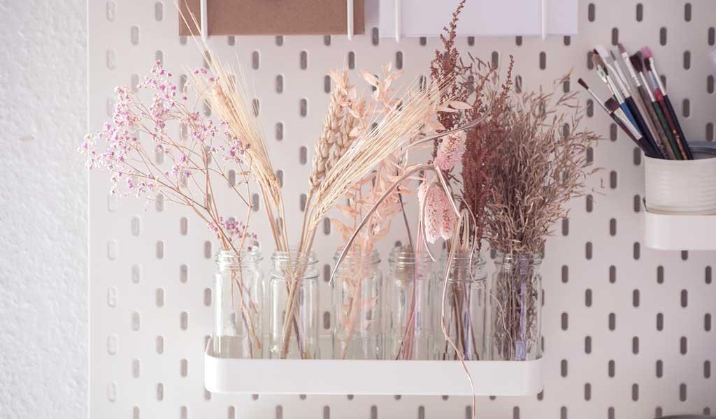 Trockenblumen in alten Gewürzgläsern aufbewahren