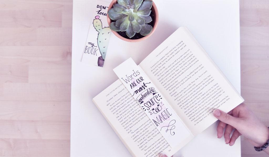 DIY Lesezeichen liegen mit einem Buch auf einem Tisch