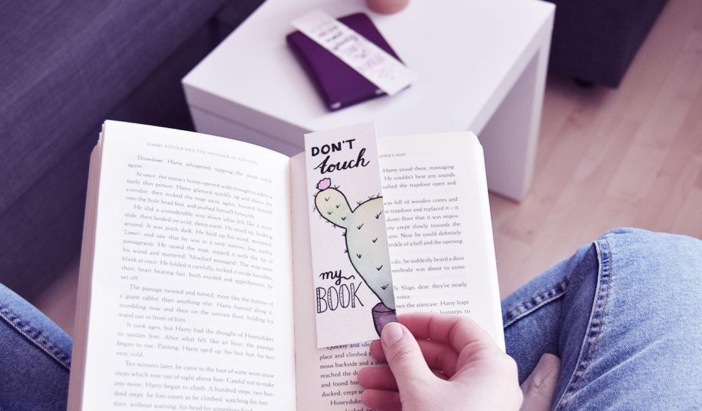 DIY Lesezeichen liegt im Buch