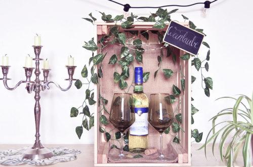 DIY Mini-Weinlaube mit zwei Weingläsern und einer Weinflasche
