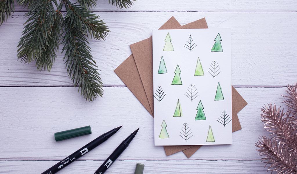Viele kleine Bäume auf einer DIY Weihnachtskarte
