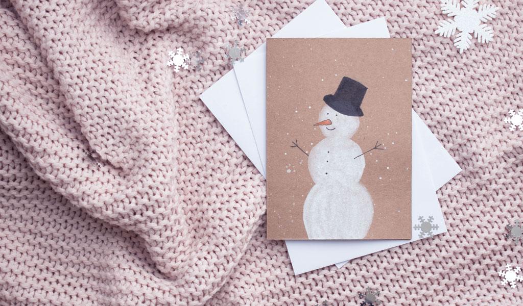 Niedlicher Schneemann auf selbstgemachter Weihnachtskarte