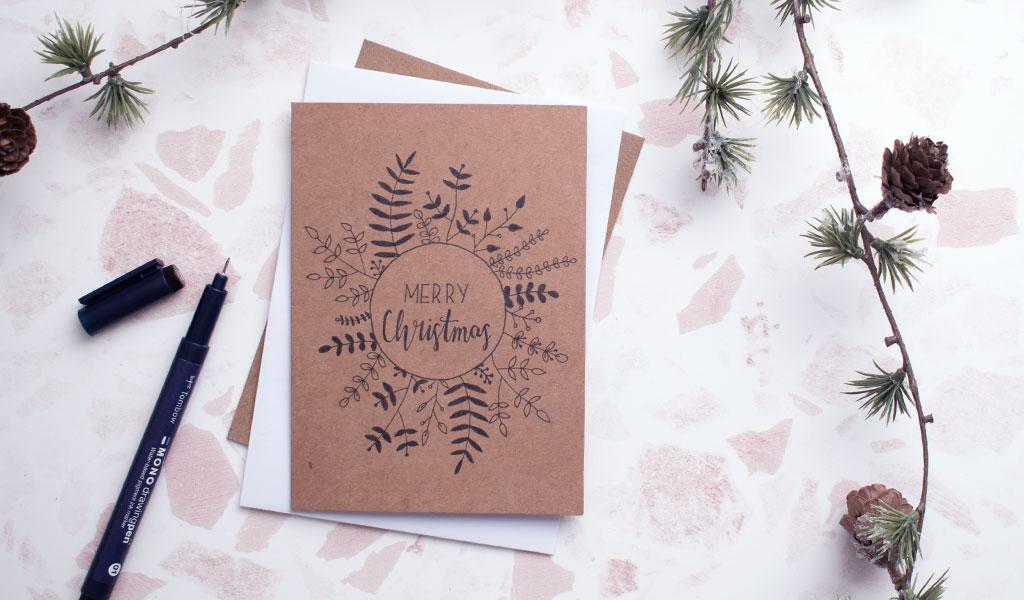 Braune Weihnachtskarte mit aufgezeichnetem weihnachtlichem Kranz