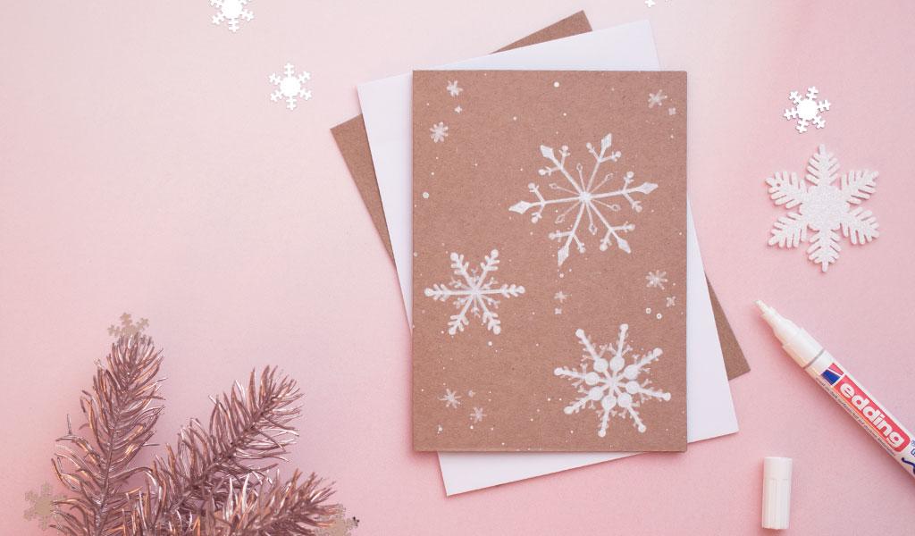 Schneeflocken auf selbstgemachter Weihnachtskarte