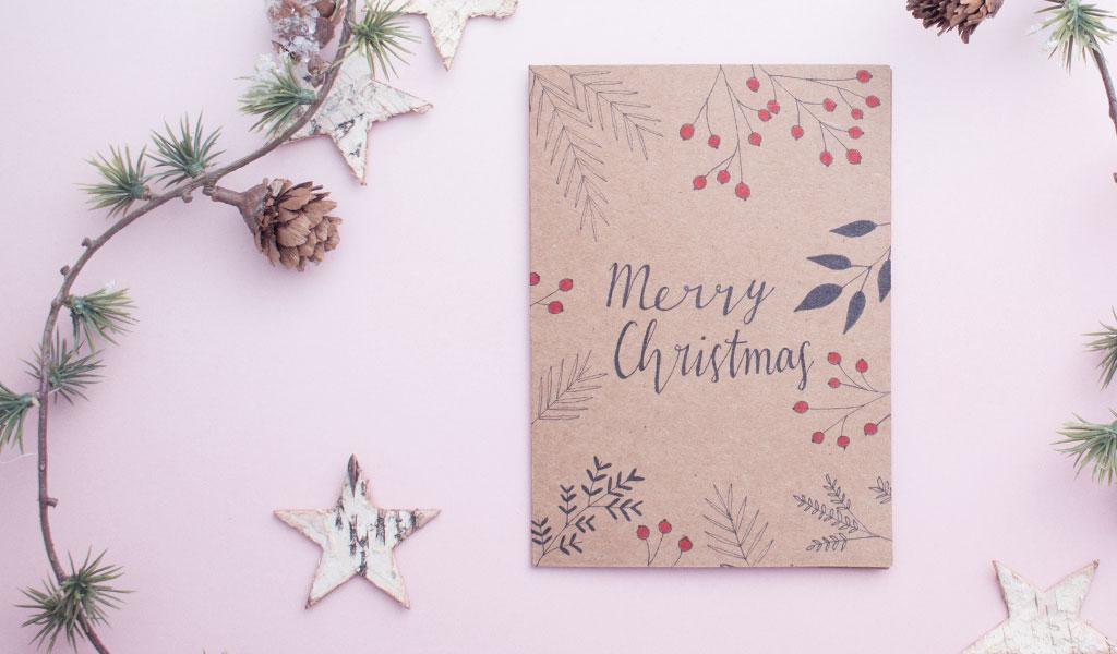 Selbstgemachte weihnachtliche Karte mit Tannenzweigen