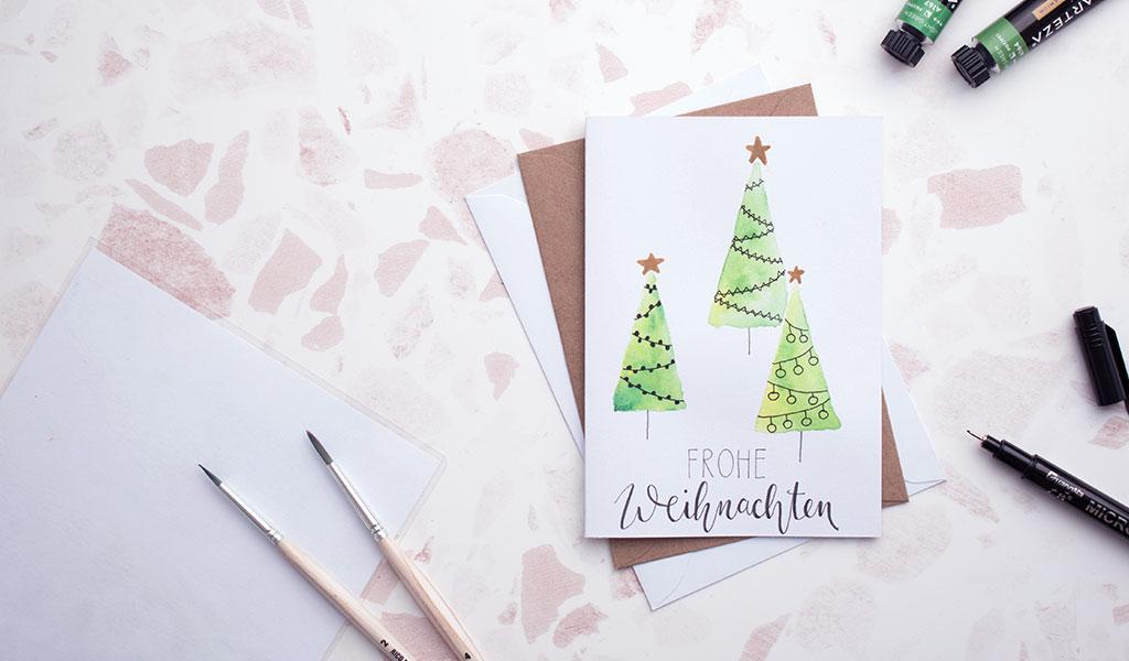 Weihnachtskarte mit geschmückten Weihnachtsbäumen
