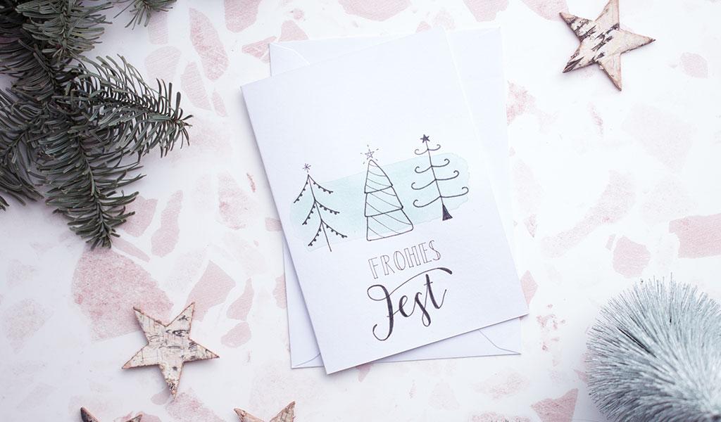 Selbstgemachte Weihnachtskarte mit drei Weihnachtsbäumen