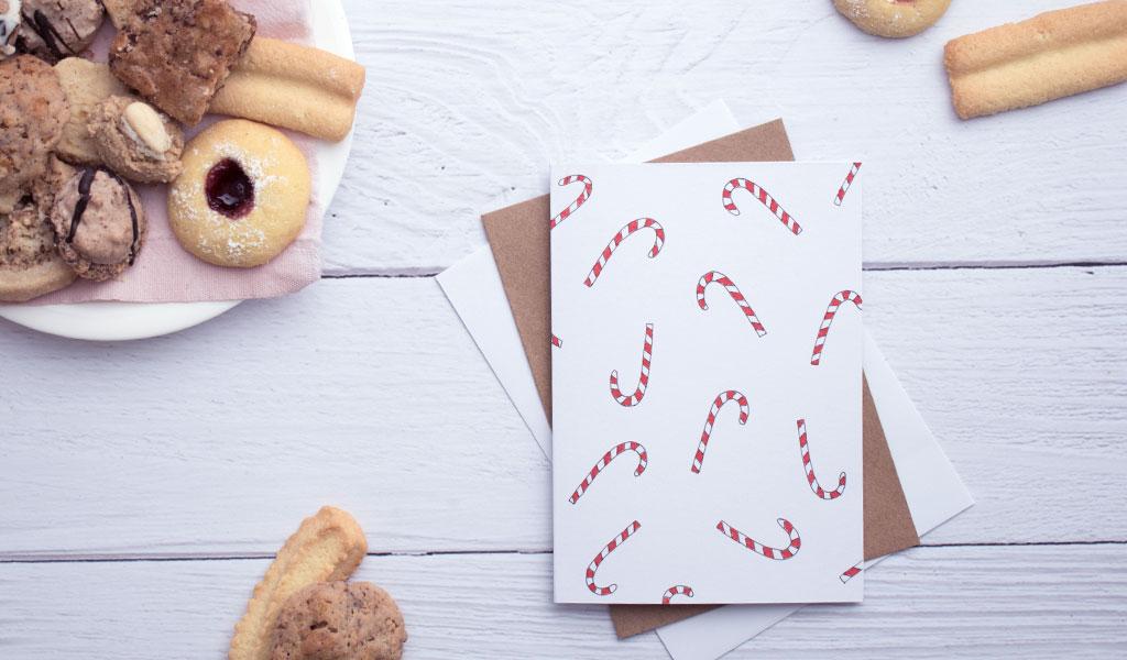 Selbstgemachte Weihnachtskarte mit Zuckerstangen