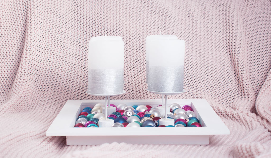 DIY Adventskranz aus einem Gestell mit Weihnachtskugeln gefüllt