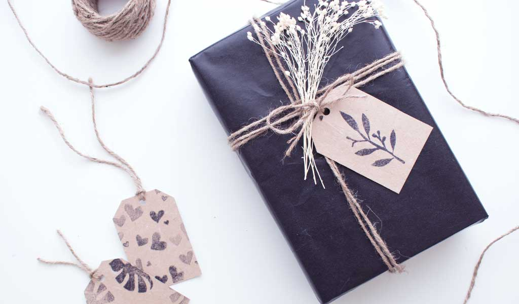DIY Geschenkanhänger aus alter Milchtüte an einem Geschenk