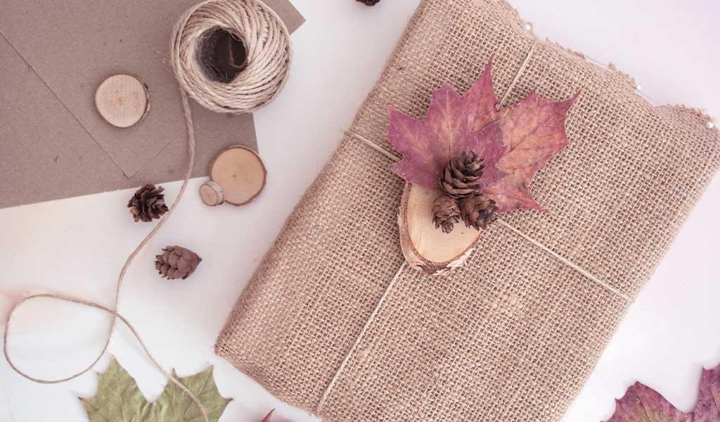 herbstliche Geschenkverpackungen mit Naturmaterialien