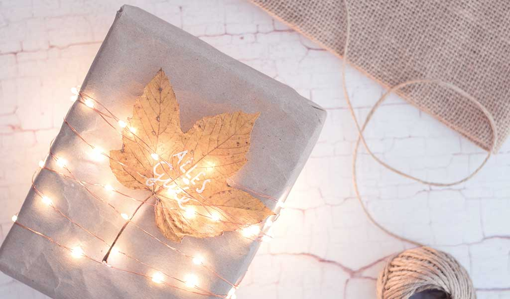 Geschenkverpackungen mit Lichterkette