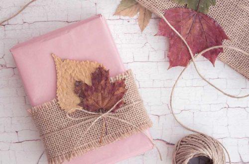 Geschenke verpacken mit Bordüre, Blättern und Kordel